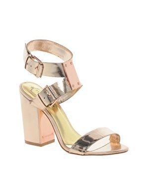 Nebojte sa žiariť!   Metalické sandále a kabelky — LUXURYMAG 9c05de2620b